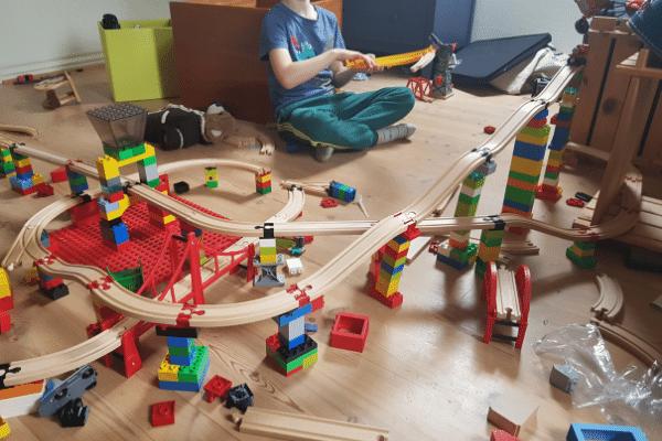 Asger sidder og leger og bygger